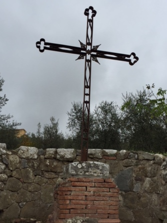 Cross at the top of the white road to San Gusme.